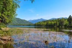 在湖Frolikha的山 库存图片
