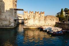 在湖Garda的中世纪城堡Sirmione的 库存图片