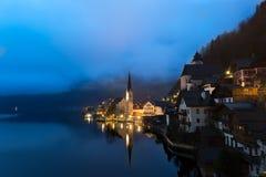在湖Hallstatt,萨尔茨卡默古特,奥地利的黎明 图库摄影