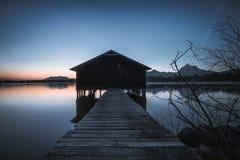 在湖Hopfensee的渔夫小屋 免版税库存照片