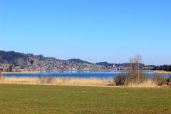 在湖Hopfensee附近的Hopfen在巴伐利亚 图库摄影