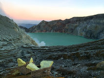 在湖Ijens火山口,东爪哇省,印度尼西亚的金黄黎明 免版税库存照片