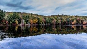 在湖Kanawauke的自然对称 库存照片