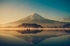 在湖kawaguchiko,日出,葡萄酒的富士山 免版税图库摄影