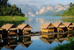 在湖khao sok,泰国的小屋 免版税库存照片