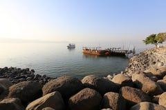 在湖Kinneret岸的码头  免版税库存照片
