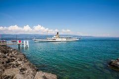 在湖Leman的偶象佛朗哥瑞士蒸汽小船在一个晴朗的夏天D 库存图片