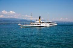 在湖Leman的偶象佛朗哥瑞士蒸汽小船在一个晴朗的夏天D 免版税库存图片