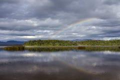 在湖Mahinapua的彩虹 免版税库存照片