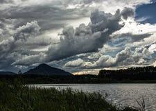 在湖Manzherok的风雨如磐的云彩 库存照片