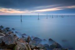 在湖Markermeer的结尾杆在日落期间,与长的商展 库存照片