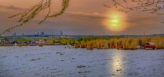 在湖Mogan有日落的格尔巴舍市的,安卡拉,土耳其附近的一个公园 库存图片
