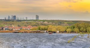 在湖Mogan附近的一个公园有格尔巴舍市的安卡拉,土耳其 免版税图库摄影