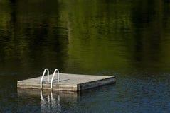 在湖Muskoka的游泳木筏在夏天 图库摄影