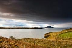 在湖Myvant的冰岛- Vindbelgjarfjall火山有美丽的 库存照片
