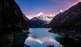 在湖paron反射的Artesonraju山 免版税库存图片