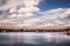 在湖Parsippany的多云天, NJ 免版税库存照片