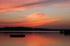 在湖Pfaeffikon,瑞士的浪漫天空 掌上型计算机场面夏天星期日通知 免版税库存图片