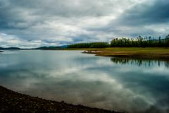 在湖Plastira的风景在卡尔季察,希腊 免版税库存图片