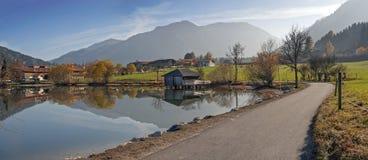 在湖schliersee附近的走的方式在秋天 库存图片