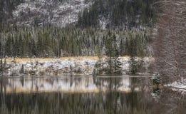 在湖Selbu的第一雪 免版税库存图片
