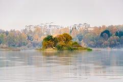 在湖Senezh的雾在镇静天气的Solnechnogorsk秋天的 莓海岛看法  免版税库存图片