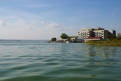 在湖Siutghiol, Mamaia,罗马尼亚的秋天 免版税库存图片