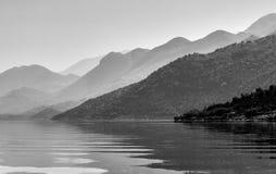 在湖Skadar的镇静和平安的大气在黑山 免版税库存照片