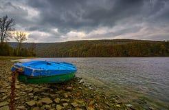 在湖Solina岸的一条小船  库存图片