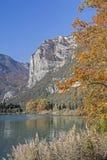 在湖Toblino的秋天 免版税库存照片