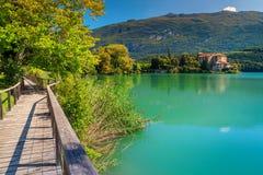 在湖Toblino,意大利岸的意想不到的城堡Toblino  库存图片