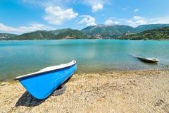 在湖Turano的另外小船 免版税库存照片