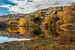 在湖Tutira在霍克的海湾,新西兰的秋天 免版税库存照片