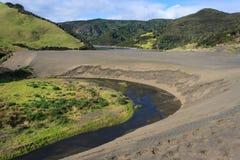 在湖Wainamu上的黑沙丘 免版税库存照片