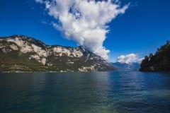 在湖Walensee的美好的风景有在backgroun的山的 库存图片