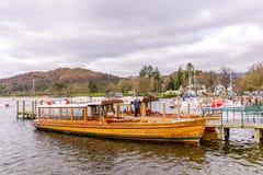 在湖windermere的传统木划艇在英国湖区 库存照片
