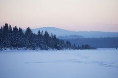 在湖Zyuratkul的日落 33c 1月横向俄国温度ural冬天 免版税库存图片