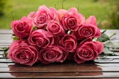 在湿地板上的玫瑰 库存照片