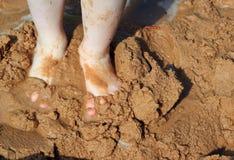 在湿沙子的柴尔兹脚。 库存图片