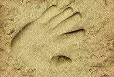 在湿沙子的Handprint 免版税库存图片