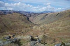 在湿软的谷上流的小小河在山英国湖区 库存图片