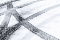 在湿雪的汽车轮胎轨道 免版税图库摄影