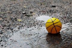 在湿领域的黄色球 免版税库存图片