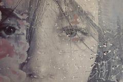 在湿玻璃后的美丽的妇女 库存照片