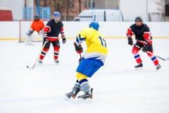 在溜冰场的冰球比赛 库存照片
