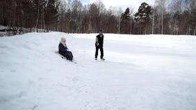 在溜冰场的年长夫妇 影视素材