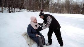 在溜冰场的年长夫妇 股票视频