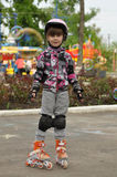 在溜冰鞋的女孩骑马 免版税库存图片