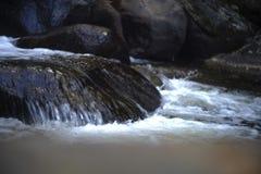 在溜滑岩石发光的瀑布 库存照片