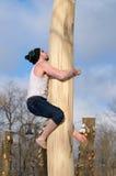 在溜滑树的人攀登 免版税库存照片